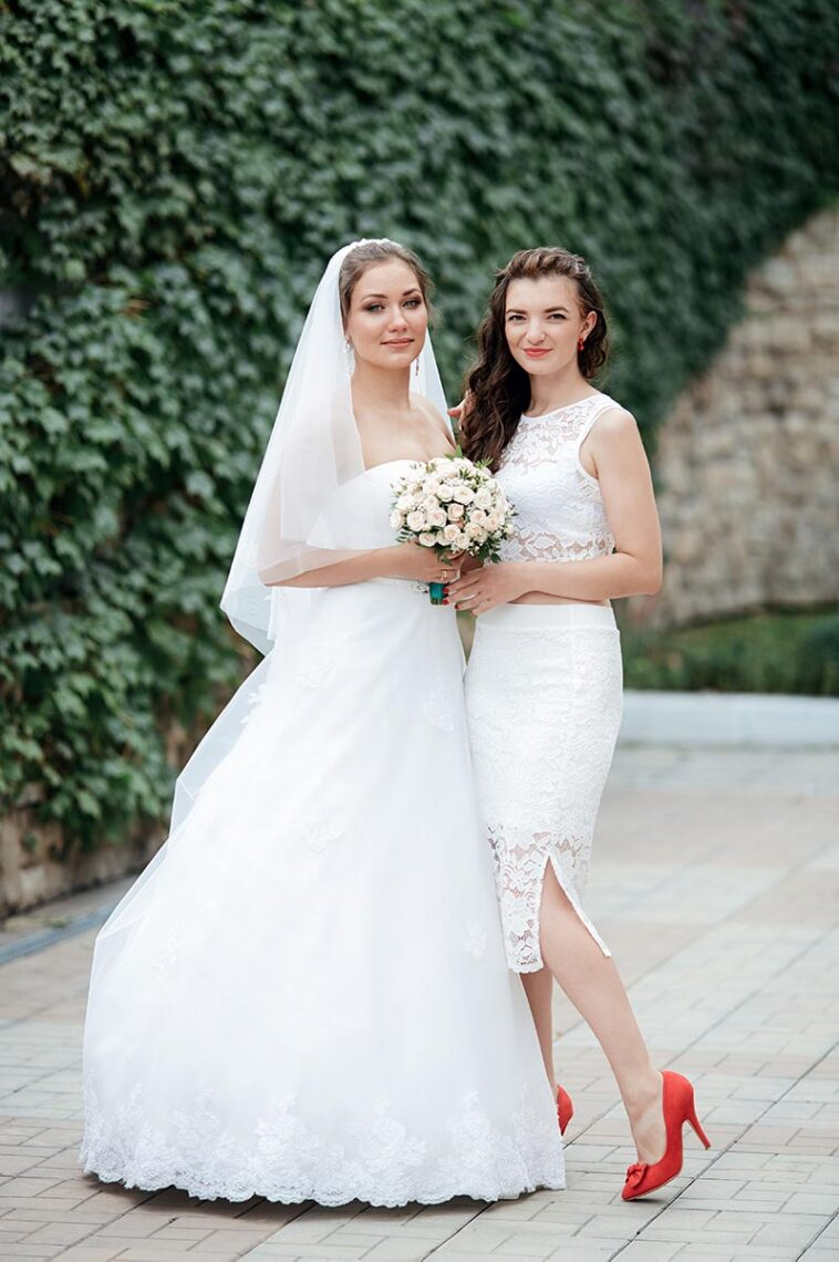 Свадебная фотосессия с подружками невесты в Находке на фоне плюща