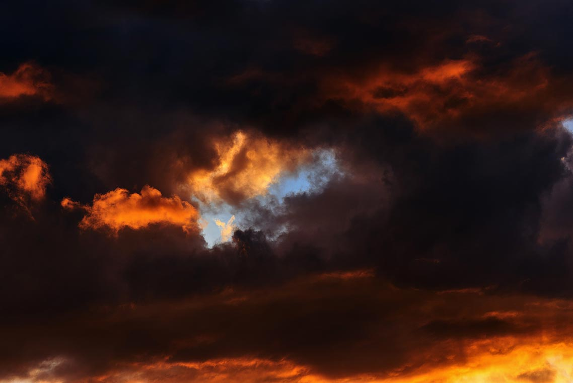 Абстрактный огненный закат в Приморье