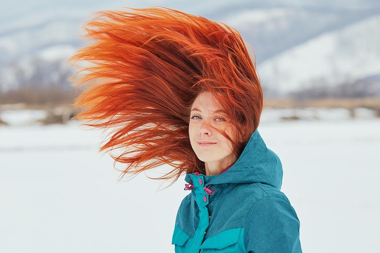 Зимние фотосессии для девушек в Находке | молодая рыжая женщина в горнолыжном костюме