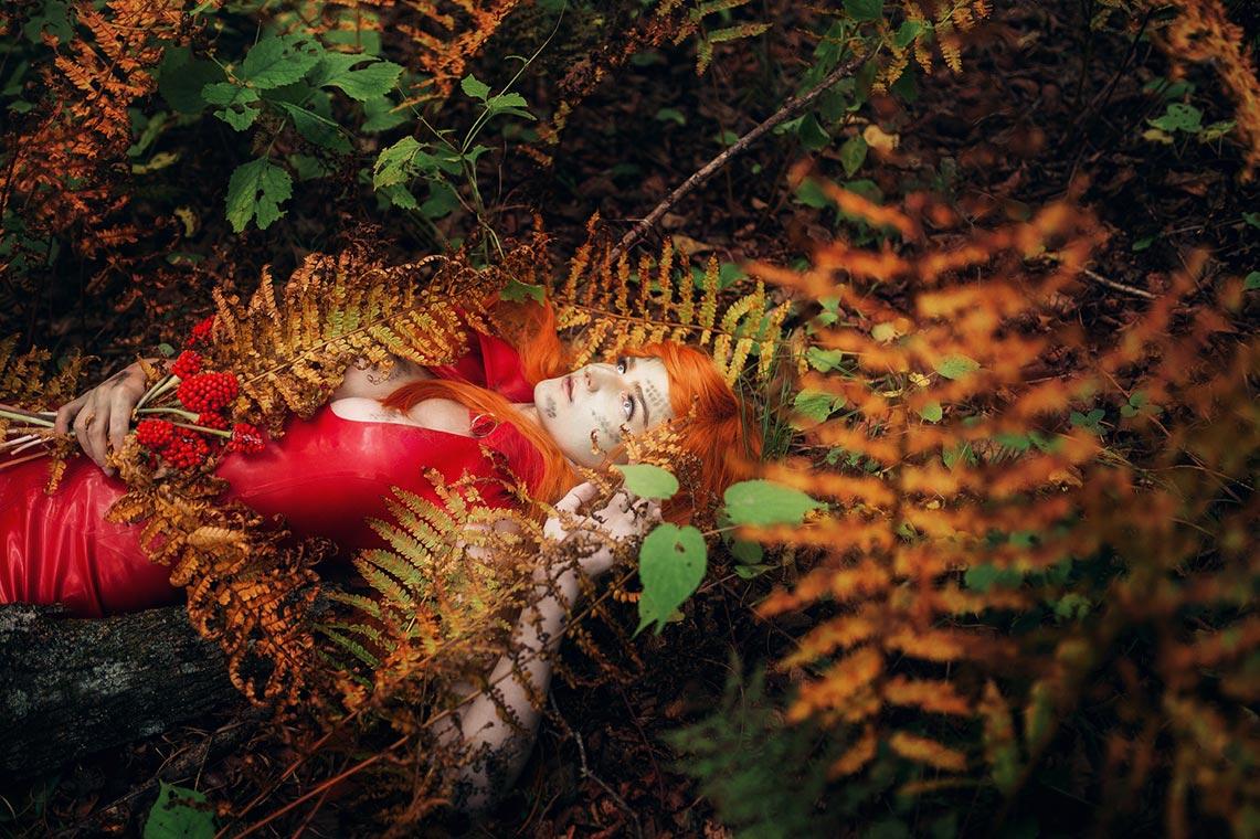 Идея для осенней фотосессии в листве и папоротнике с рыжеволосой девушке в красном платье | Фотограф Олег Мороз (Tengyart)
