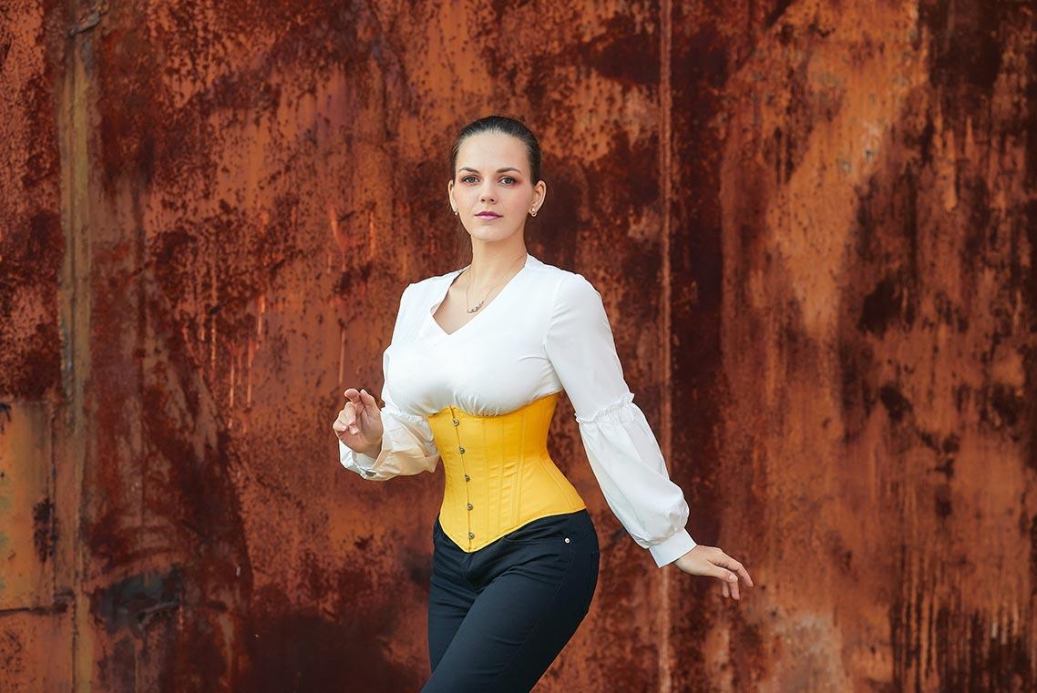 гигапиксельные фото в нейросети Topaz Gigapixel AI и Adobe Photoshop | Фотография девушки в жёлтом корсете на фоне ржавой стены