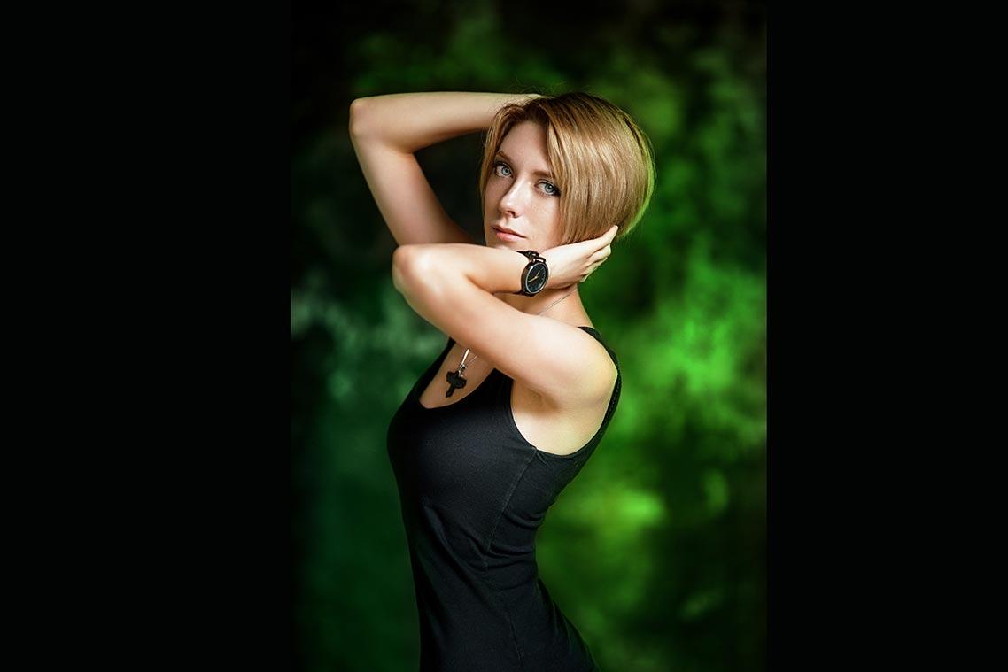 Сделать цветную подсветку позида модели с помощью вспышки (пример портрета с зелёной заливки)