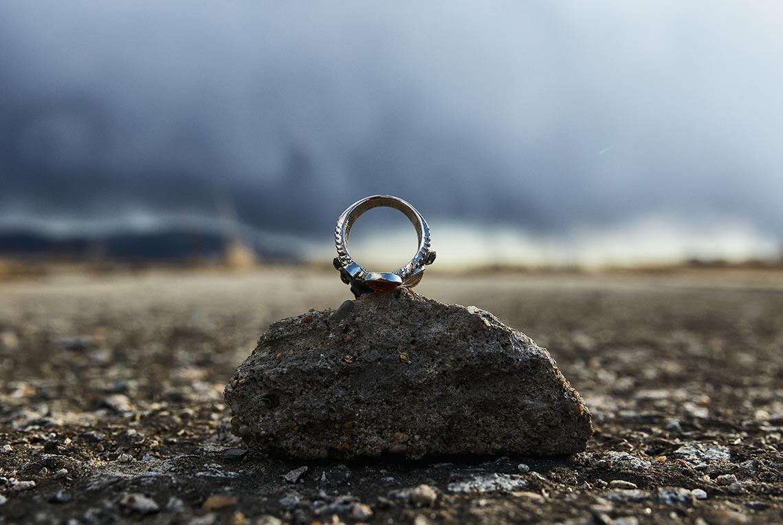 Кольцо на камне на фоне грозовых облаков