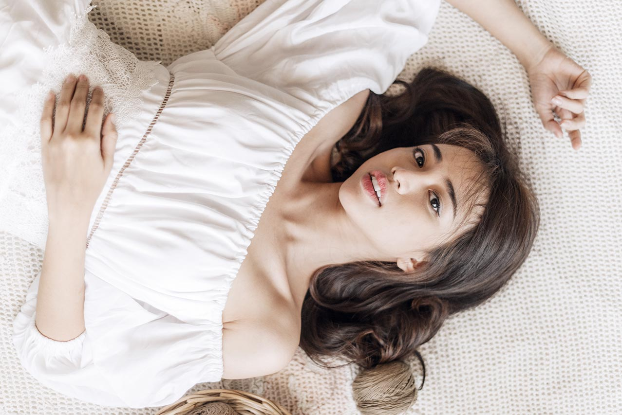 Плюсы Retouch4me Heal - пример ретуши портрета лежащей девушки