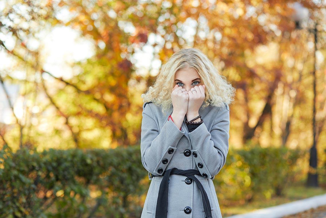 Осенний портрет в Находке | блондинка в пальто на фоне золотой листвы