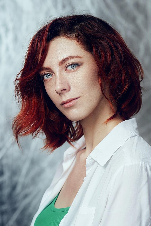 Портрет рыжеволосой девушки с короткой стрижкой и серыми глазами