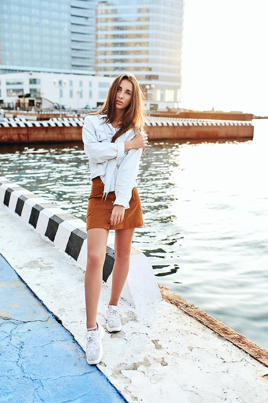 Пример снимка с пакетной цветокоррекцией (на фото молодая девушка у моря)