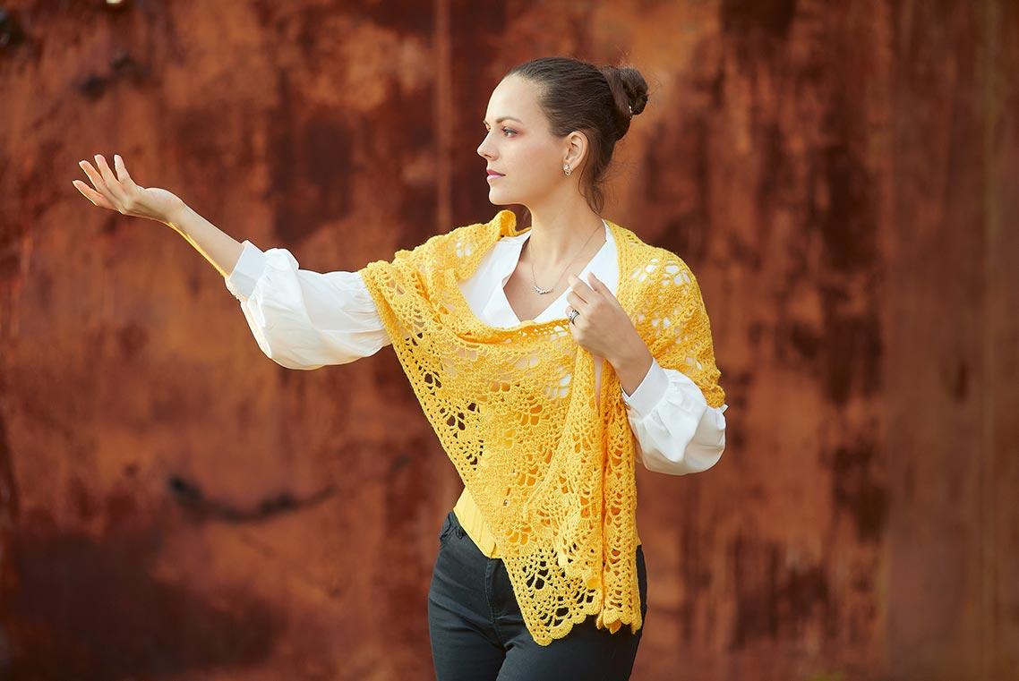 Портрет девушки в жёлтом корсете и белой рубашке на фоне размытой ржавой стены | Фотограф Олег Мороз