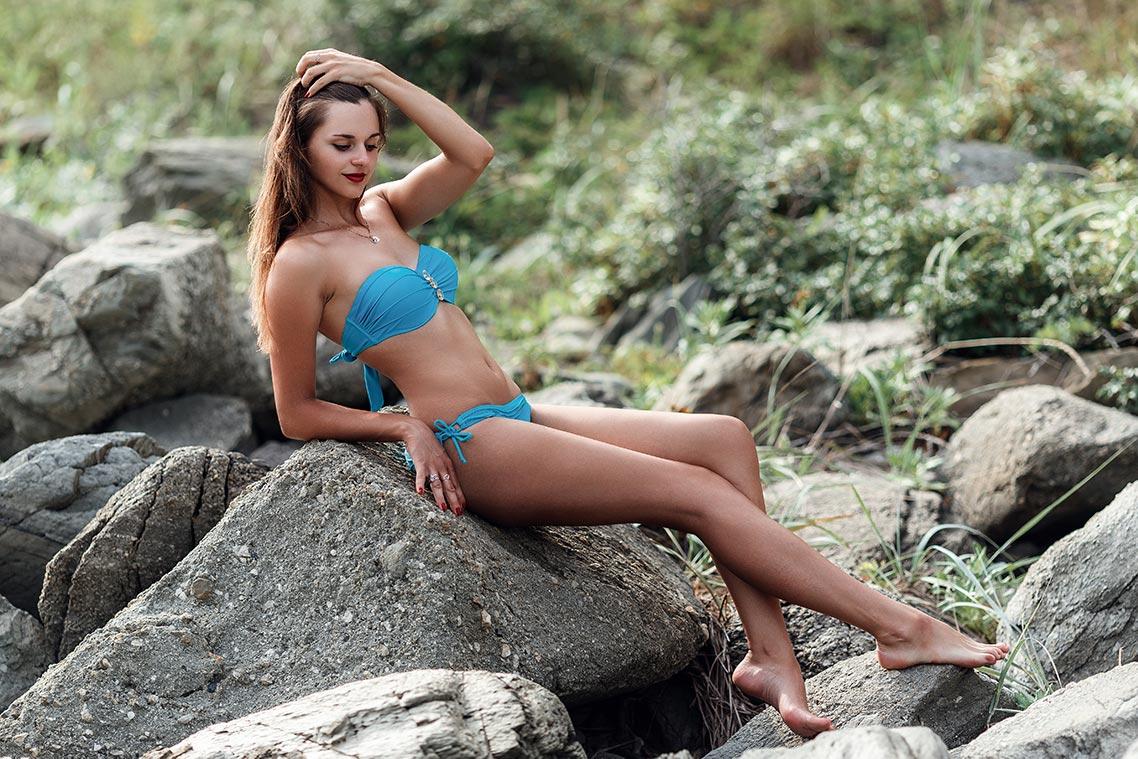 Пример пакетной ретуши фото с помощью retouch4me | на фото загорелая девушка в голубом купальнике