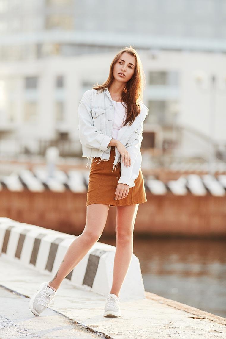 Фотосъёмка у моря на заказ во Владивостоке | фото модели в ретро стиле с коричневой тонировкой
