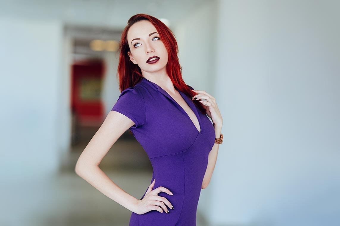 Бизнес фотосъёмка в Находке с рыжеволосой моделью в фиолетовом платье