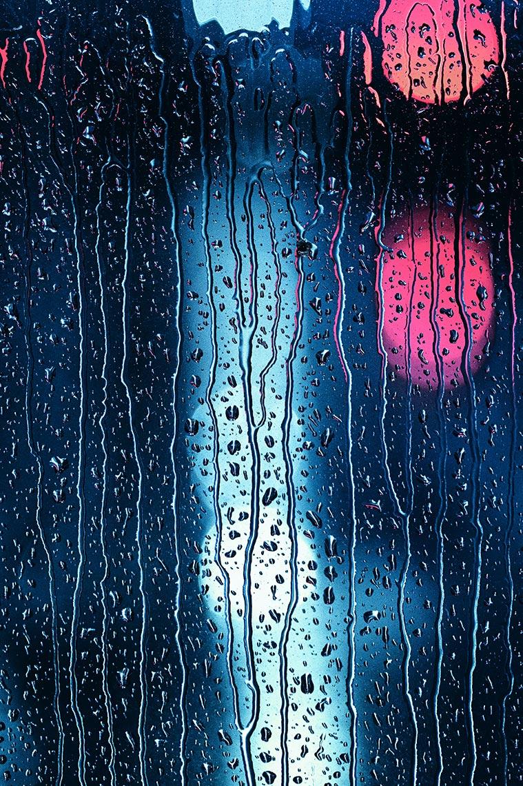 абстрактный фон для сайта со стеклом, каплями дождя и боке