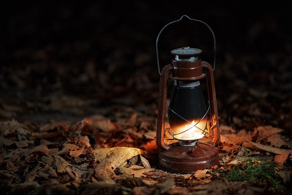 фото с Unsplash для продажи товаров | горящая керосиновая лампа в окружении осенней листвы