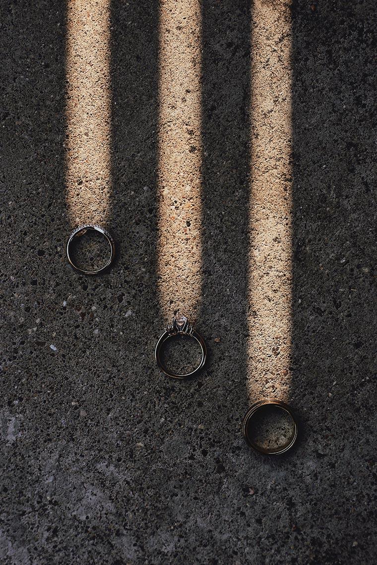 3 кольца с тенями от решётки