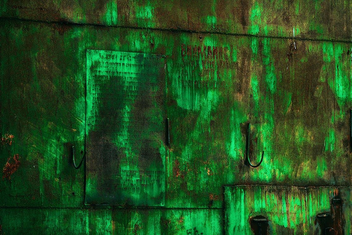 Дверь ангара в Золотой Долине (пример фото в стиле urban exploration)