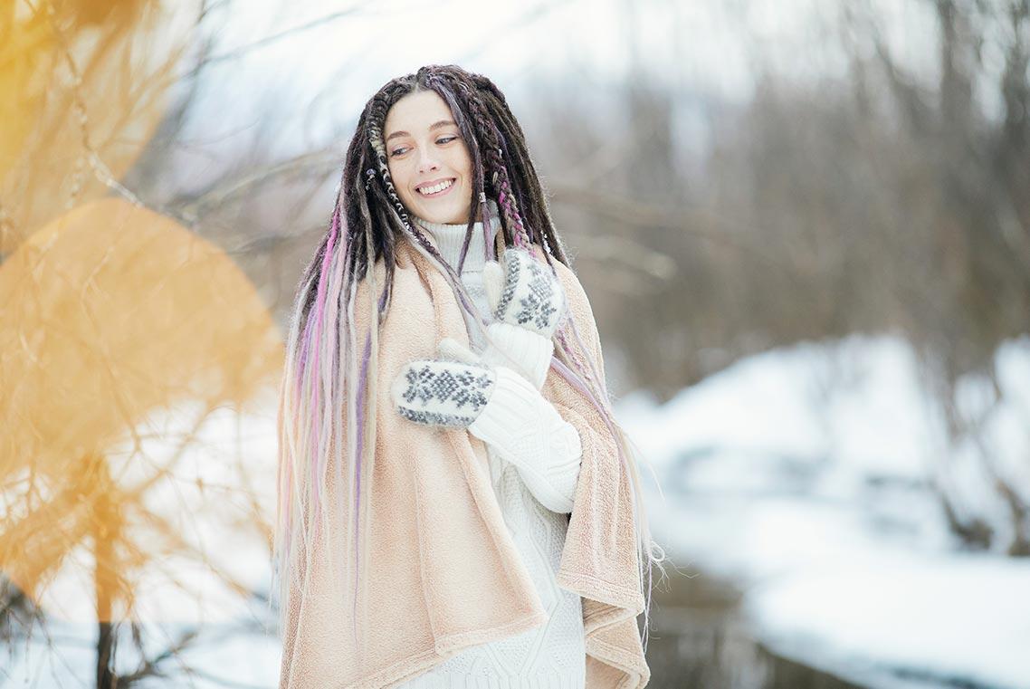 Зимний портрет девушки в белом свитере и бежевом пледе