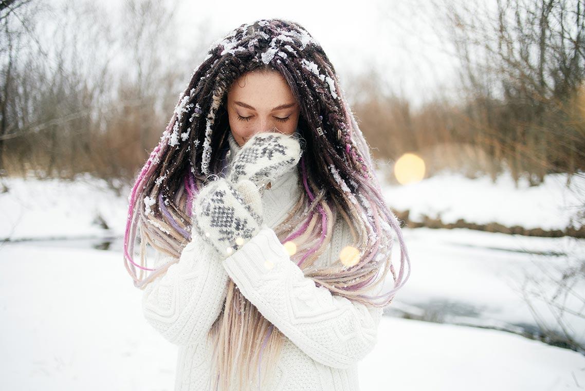 Зимняя фотосессия в белом свитере