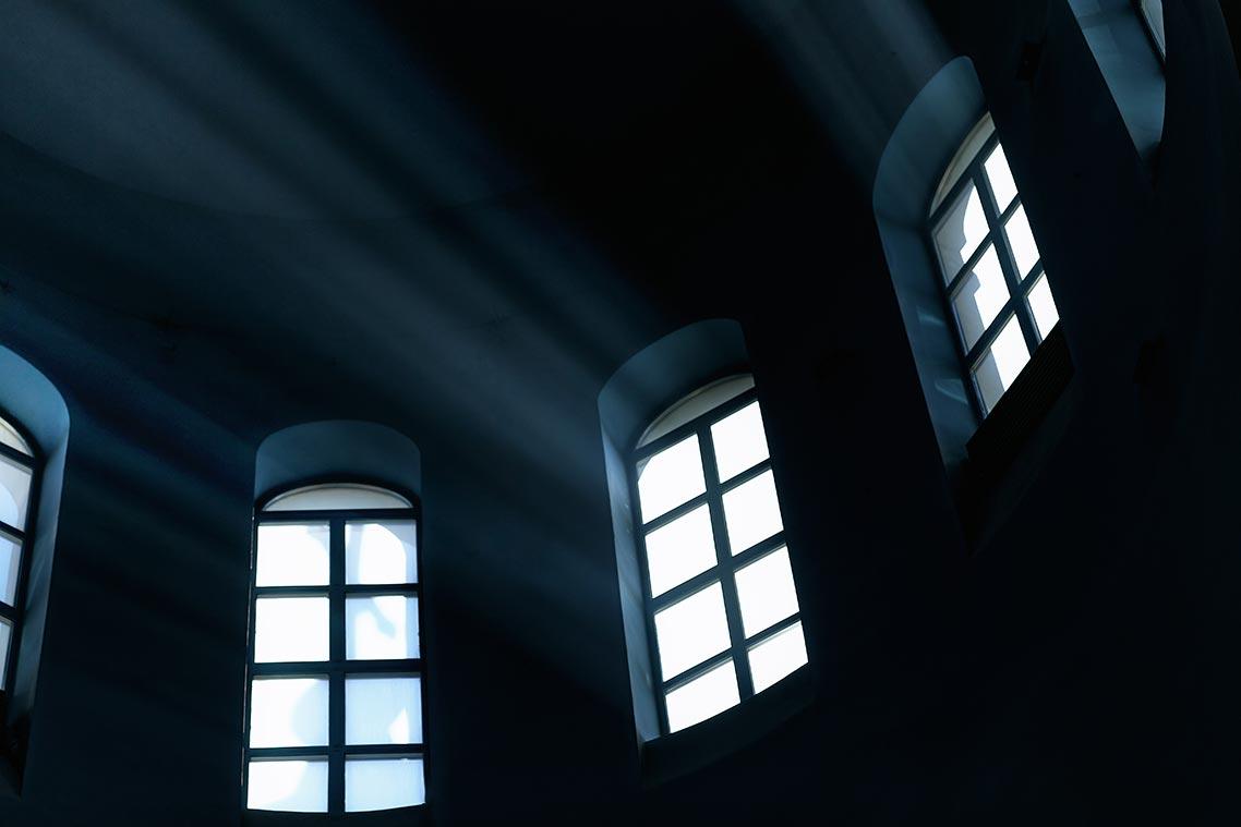 Окна заброшенного храма с лучами света