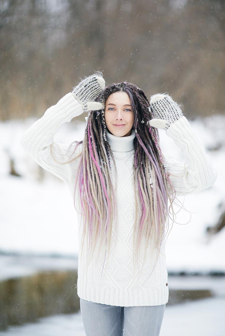 Улыбающаяся модель позирует во время снегопада