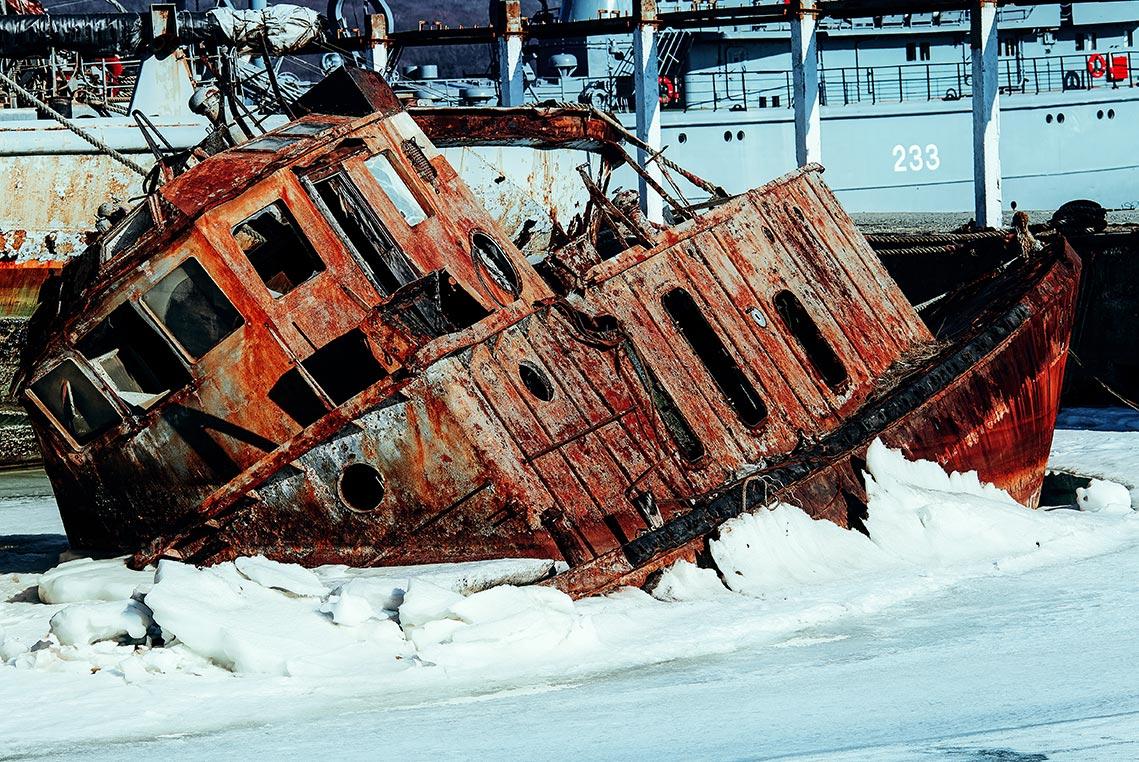 Ржавое судно на кладбище кораблей