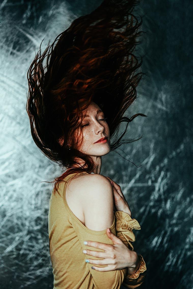 Стильный портрет девушки с летающими волосами в Золотой Долине (Приморье)
