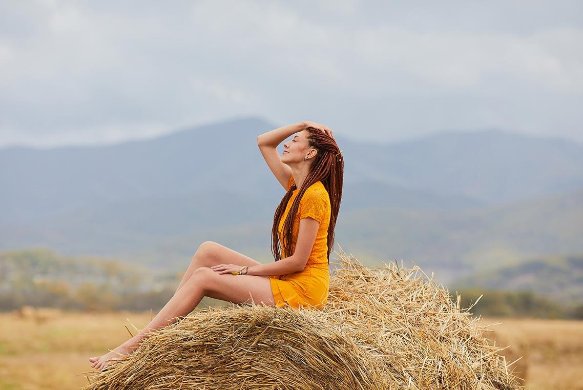 Осенняя фотосессия на сене с рыжей девушкой в оранжевой одежде (Находка)