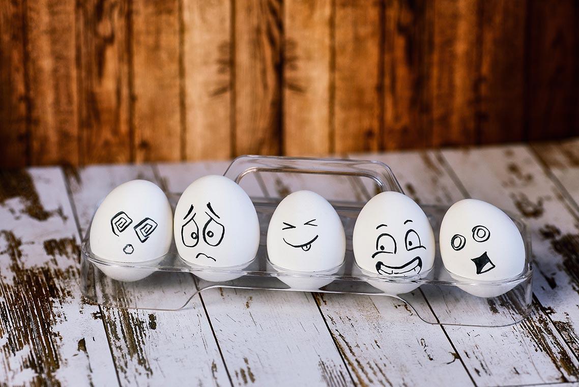 Разрисованные яйца с эмоциональными лицами | Автор - Tengyart